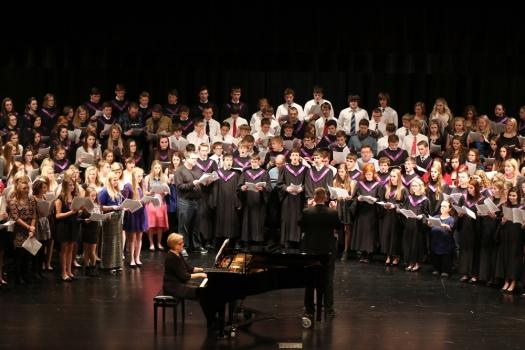 Combined choirs, former choir members and communtiy members sing the Hallelujah Chorus
