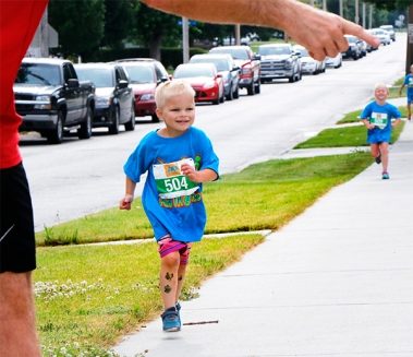 Ryker Mandarich makes the turn toward the finish line. at the Youth Triathlon.
