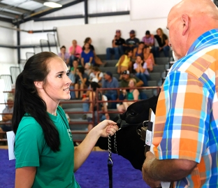 Rachel Vogt answer questions from beef judge Mike Pallas. Round Robin Competition